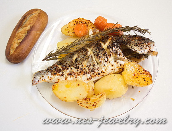 Рыба запеченая с чесноком и розмарином